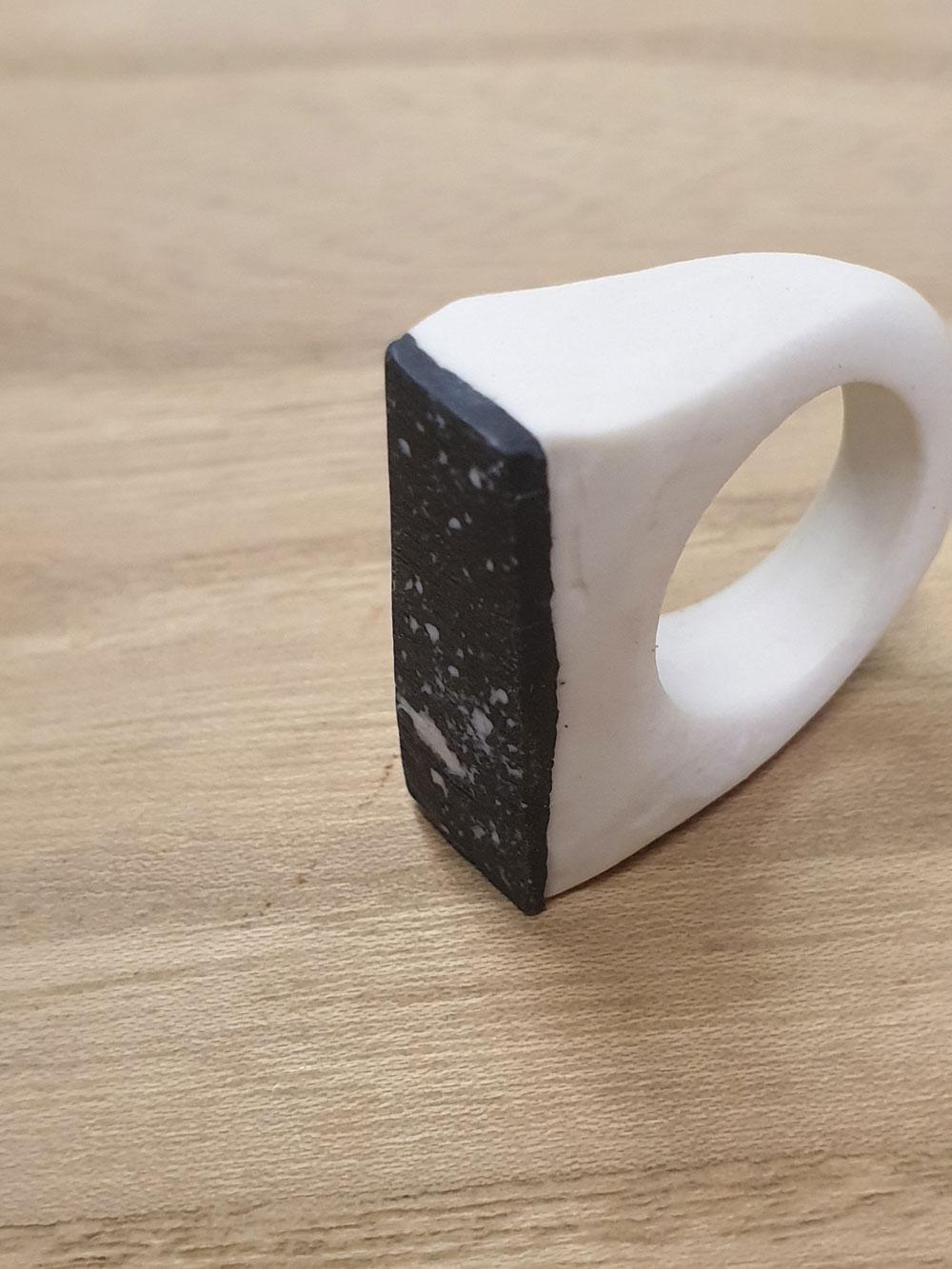 Anello in ceramica dal colore bianco e nero