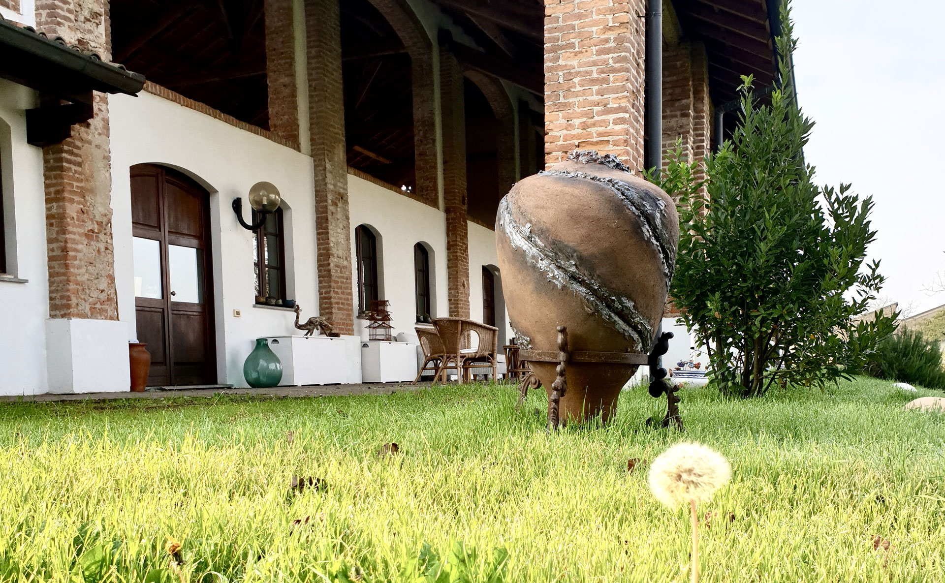 Spazio esterno e porticato di Cascina Orologio a Pavia