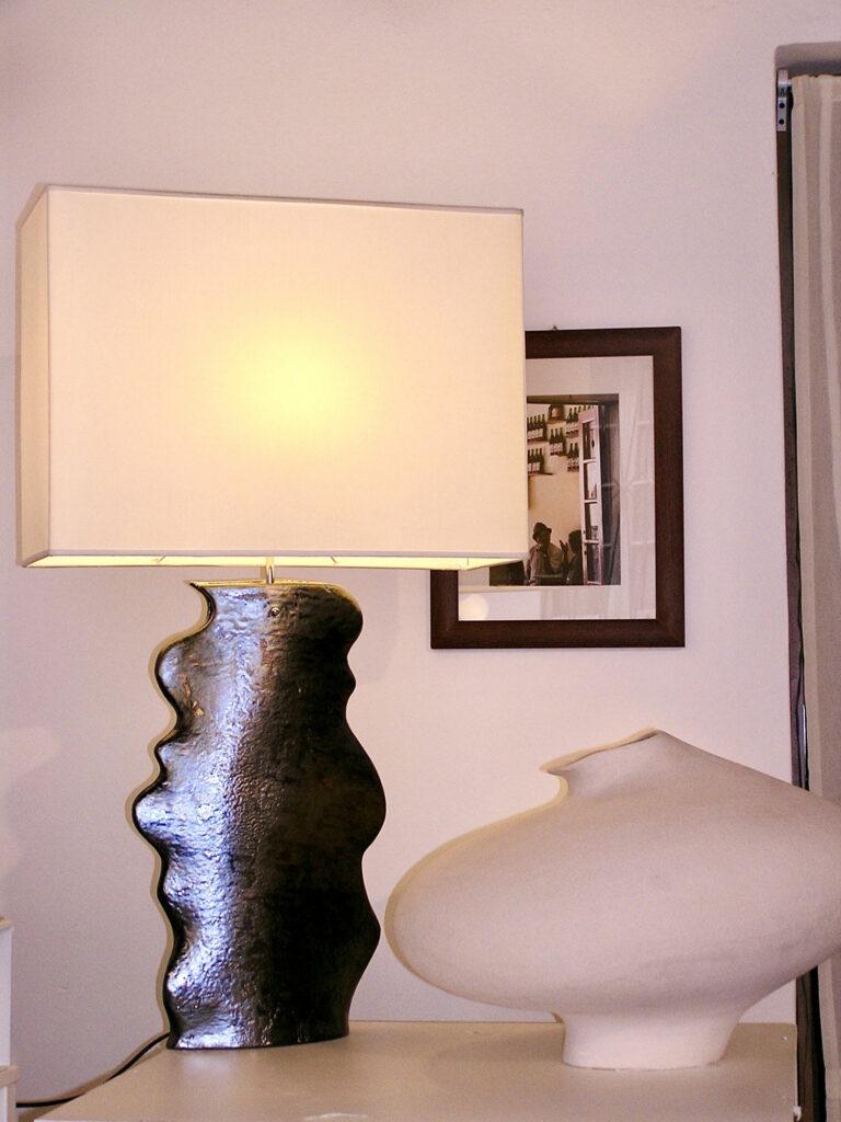 Esposizione di una lampada e di un vaso in ceramica