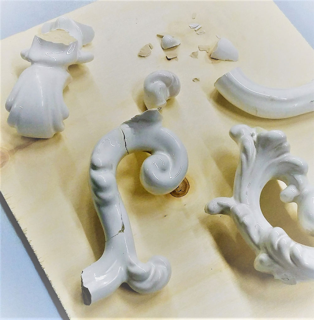 Oggetto di ceramica pronto per il restauro