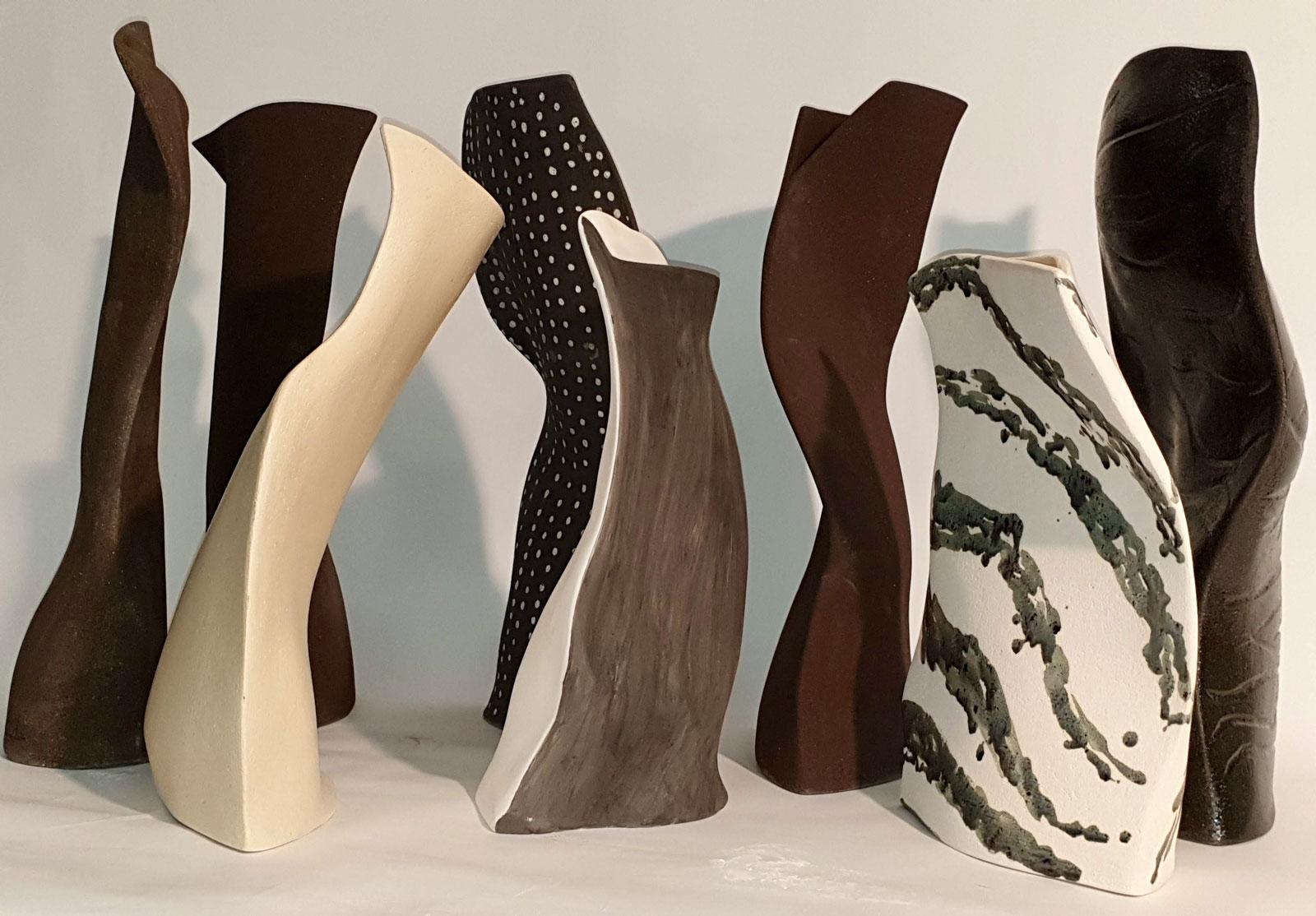 Esposizione di vasi in ceramica di design colorati