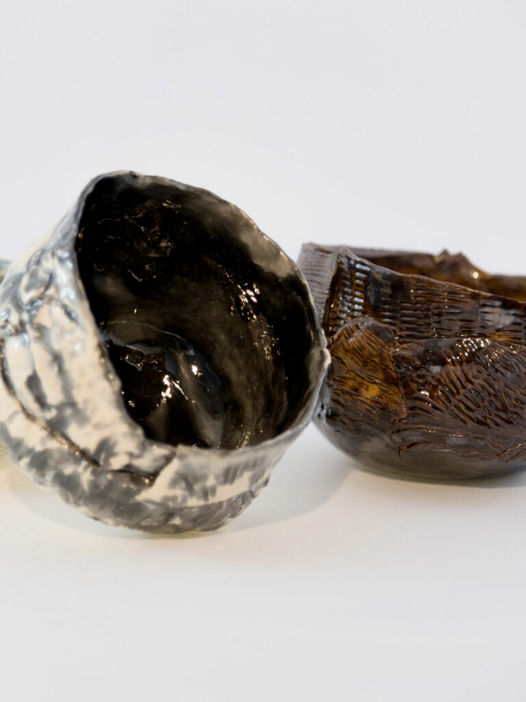 Interno scuro di una piccola ciotola in ceramica in argento