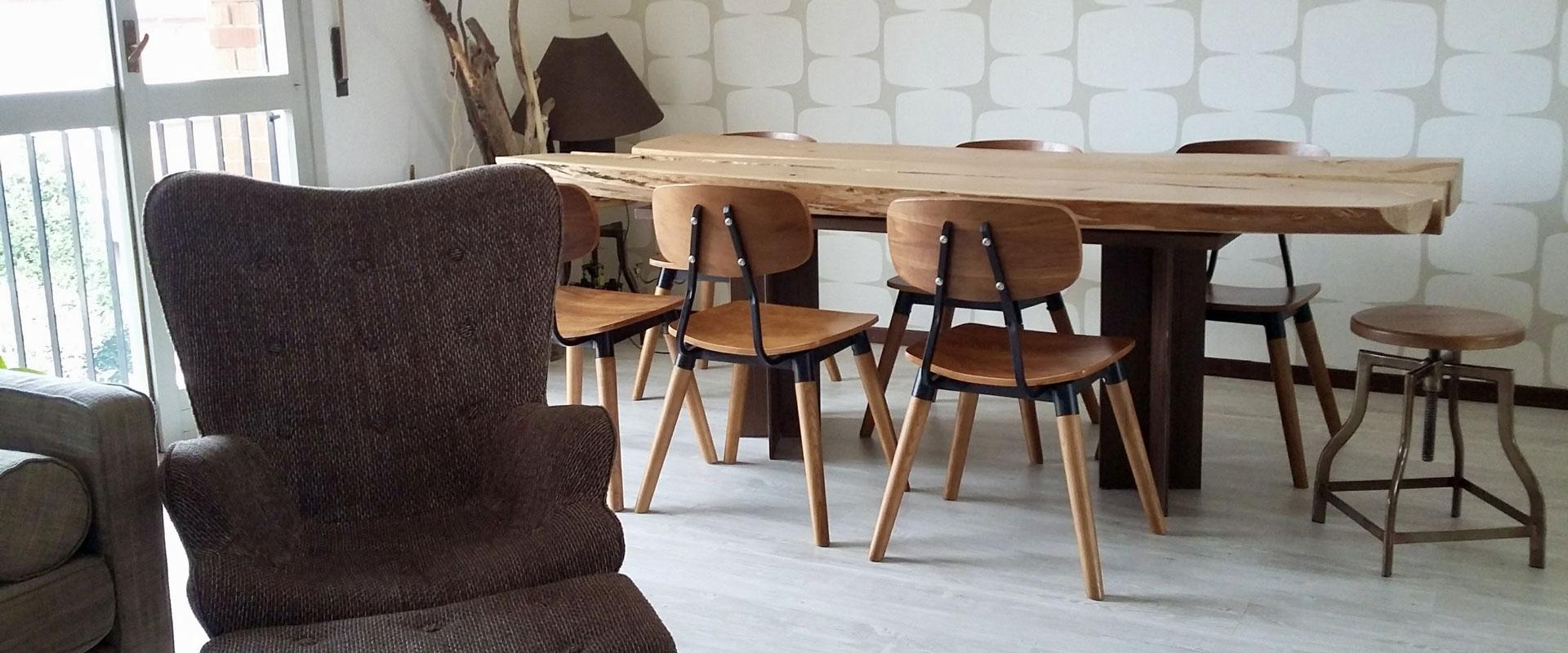 Esposizione di un grande tavolo con le sedie in legno