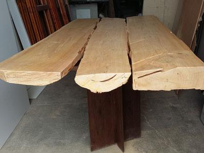 Riparazione di un grosso tavolo in legno