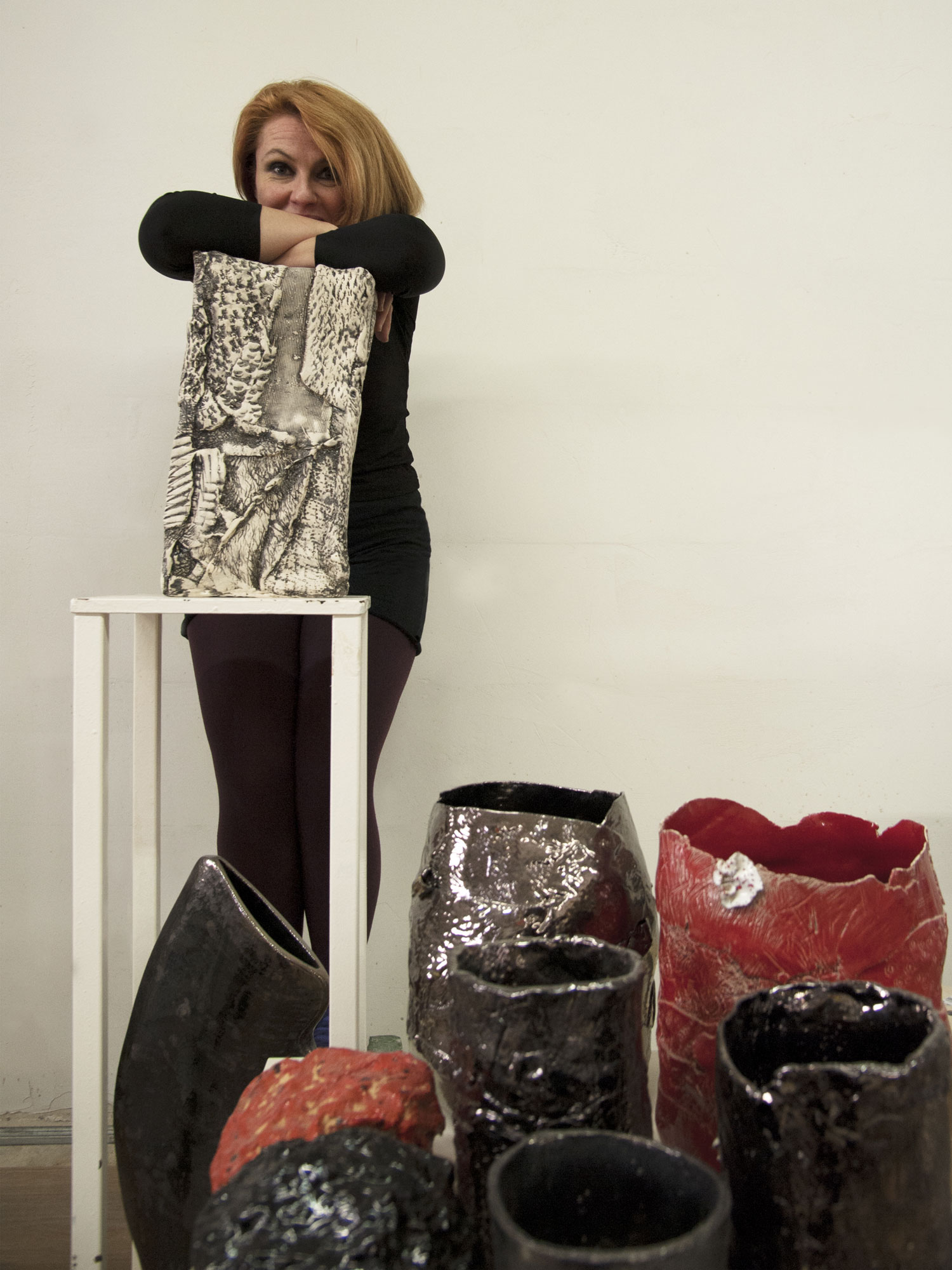 Esposizione di vasi in ceramica nello showroom di Cascina Orologio
