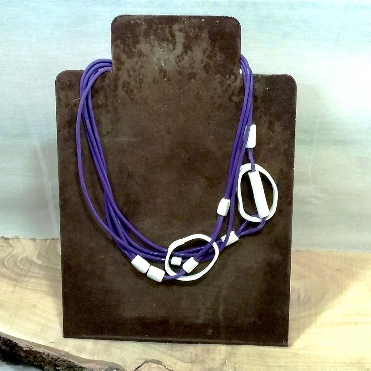 Esposizione di una collana viola fatta a mano