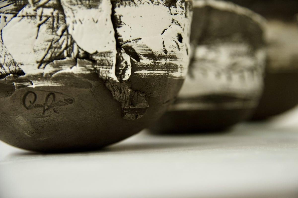 Firma dell'artista sulla ciotola in ceramica