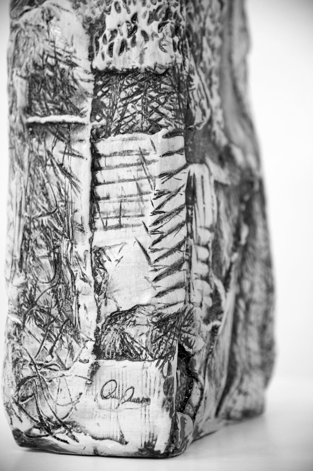 Firma dell'artista su un oggetto in ceramica realizzato a mano