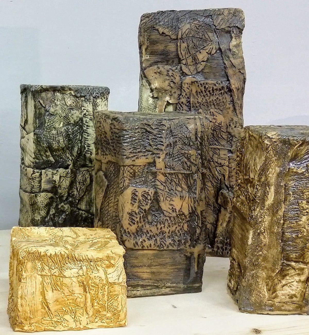 Esposizione di complementi d'arredo in ceramica dalle forme geometriche di varie dimensioni