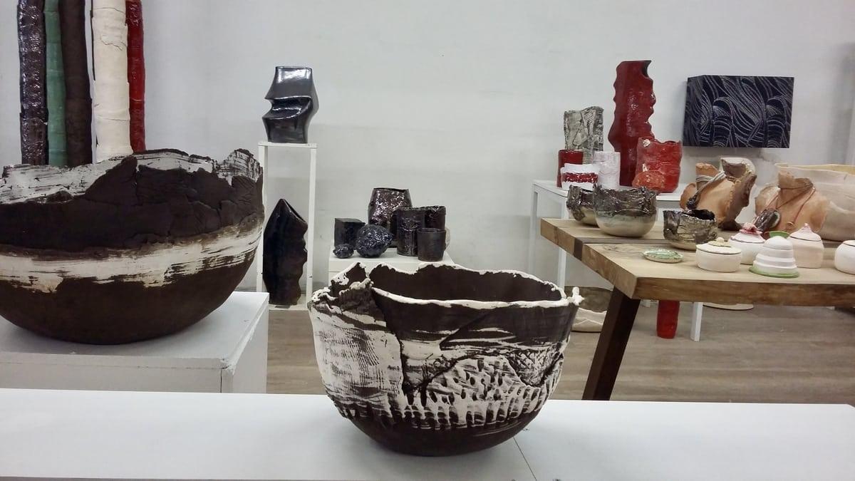 Spazio espositivo di oggetti realizzati a mano nella Cascina Orologio