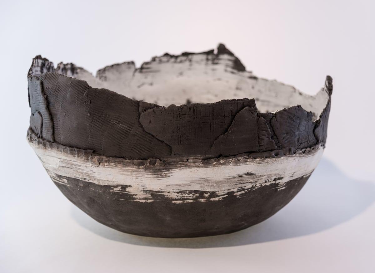 Primo piano di una ciotola handmade dal colore bianco e nero