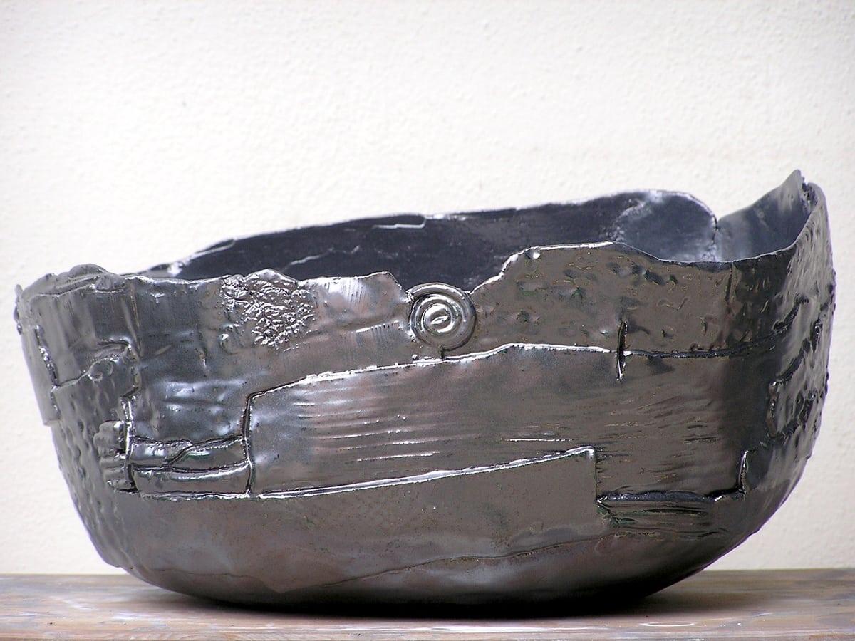 Grande ciotola in ceramica scura e lucida