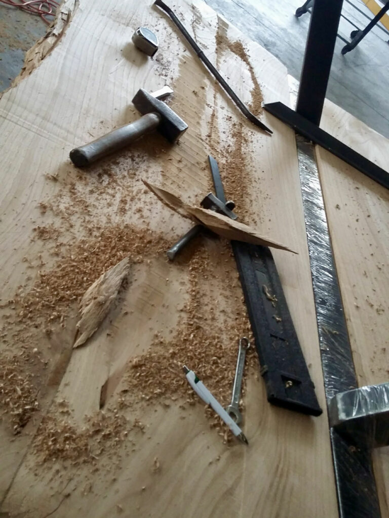 Attrezzi da lavoro usati per restaurare un tavolo in legno