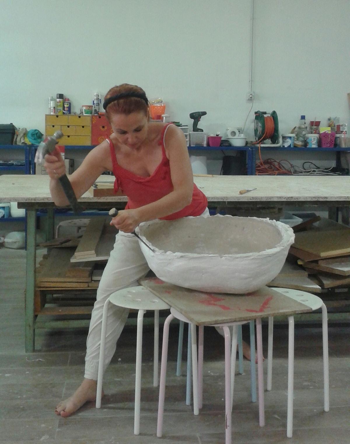 Lavorazione di una ciotola in ceramica realizzata a mano