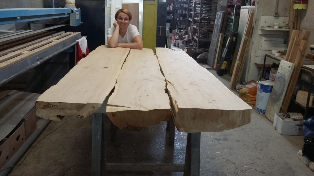 Restauro tavolo di legno nel laboratorio di Cascina Orologio