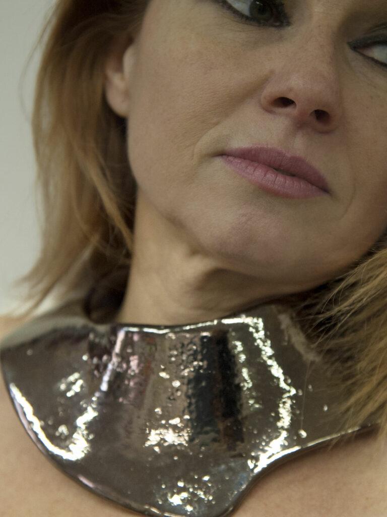Gioiello realizzato a mano creato e indossato dall'artista Vinny Maio