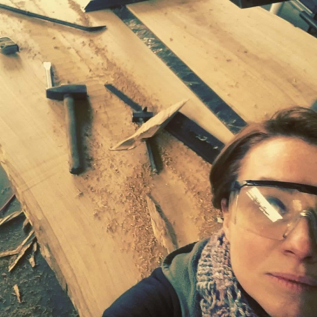 Lavorazione di un tavolo in legno