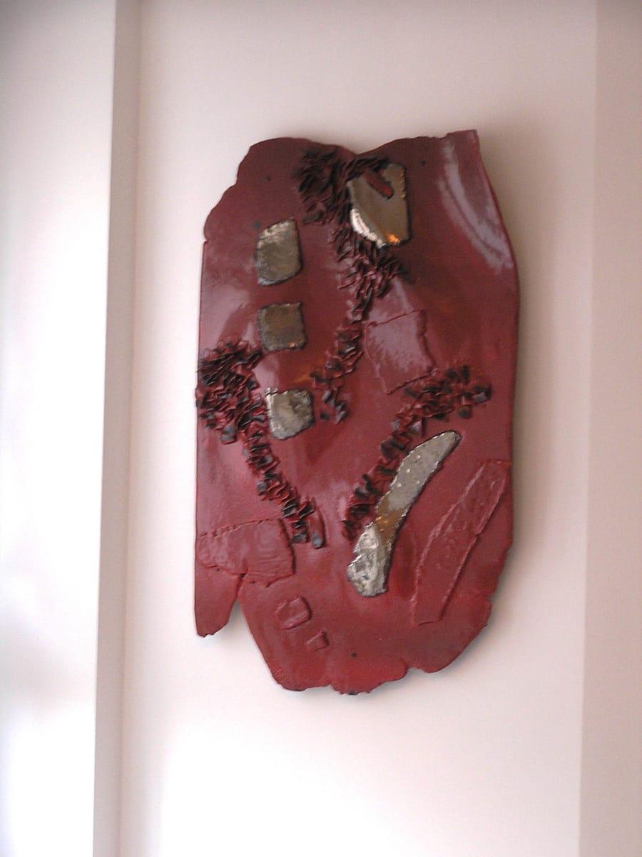 Oggetto da parate in ceramica rossa dai dettagli in oro