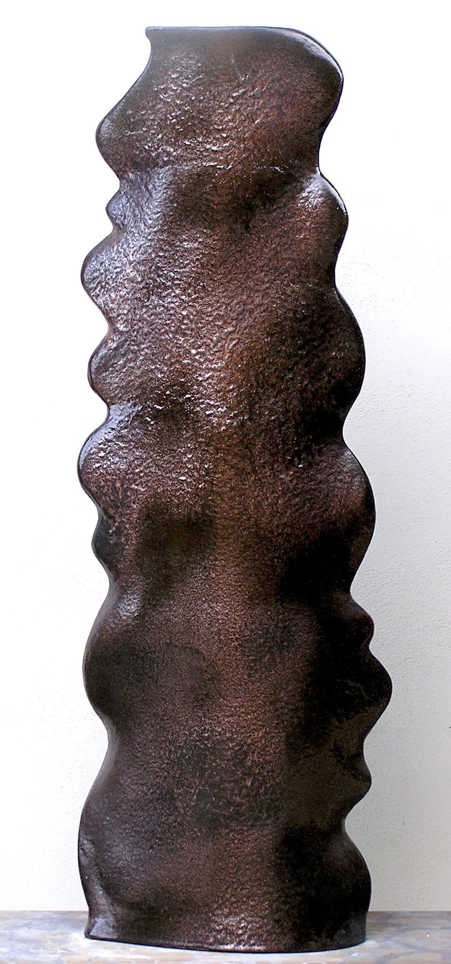 Base lampada in ceramica dal colore scuro interamente realizzata a mano