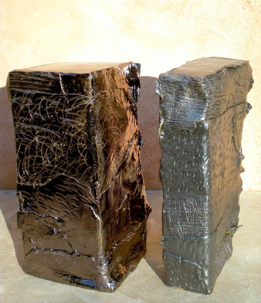 Esposizione di due oggetti in ceramica lucida dalle forme geometriche realizzate a mano