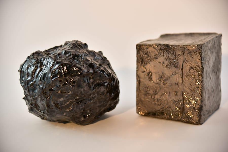 Oggetti geometrici in ceramica realizzati dall'artista Vinny Maio