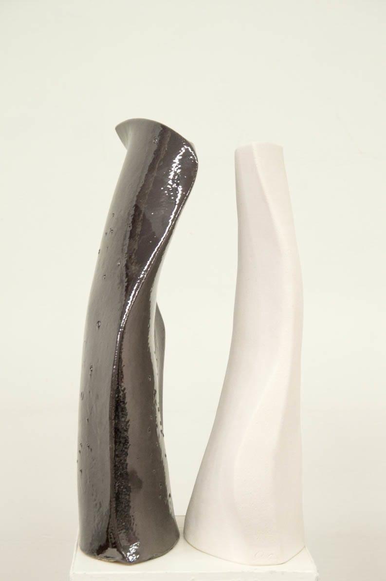 Coppia di oggetti in ceramica dal colore bianco e nero