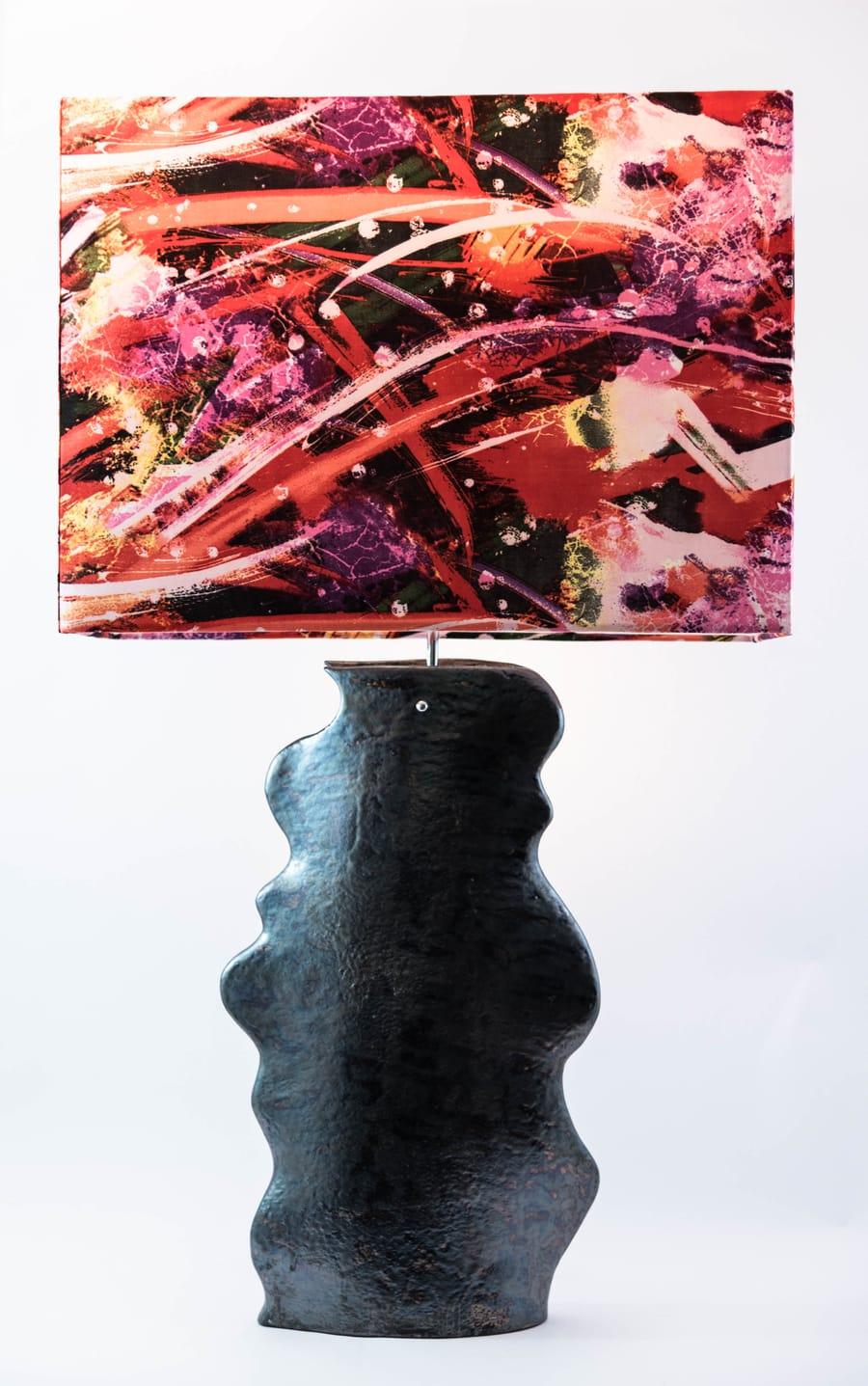 Lampada colorata con base in ceramica nera asimmetrica