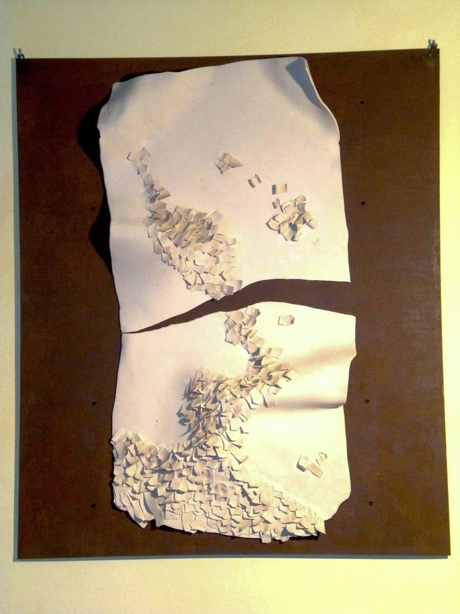 Restauro di un oggetto in ceramica bianca da parte di Vinny Maio