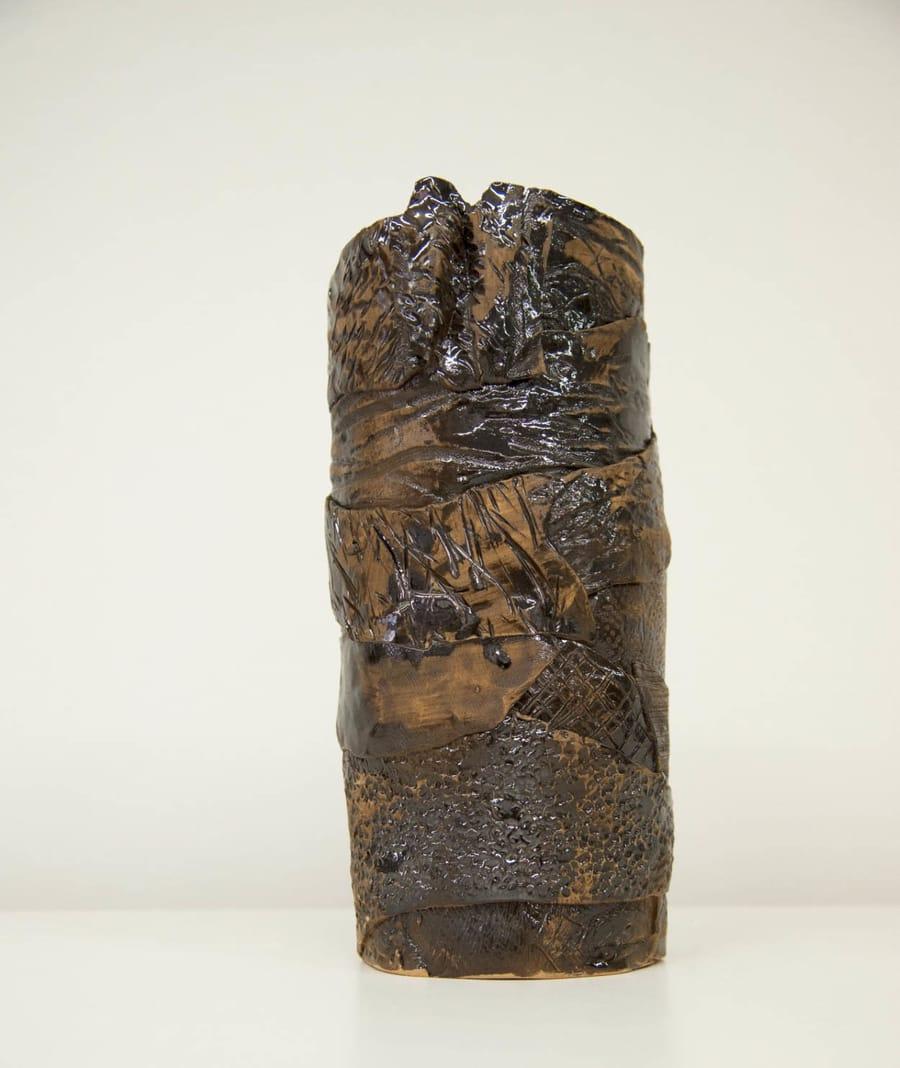 Vaso in ceramica scura realizzato da Vinny Maio