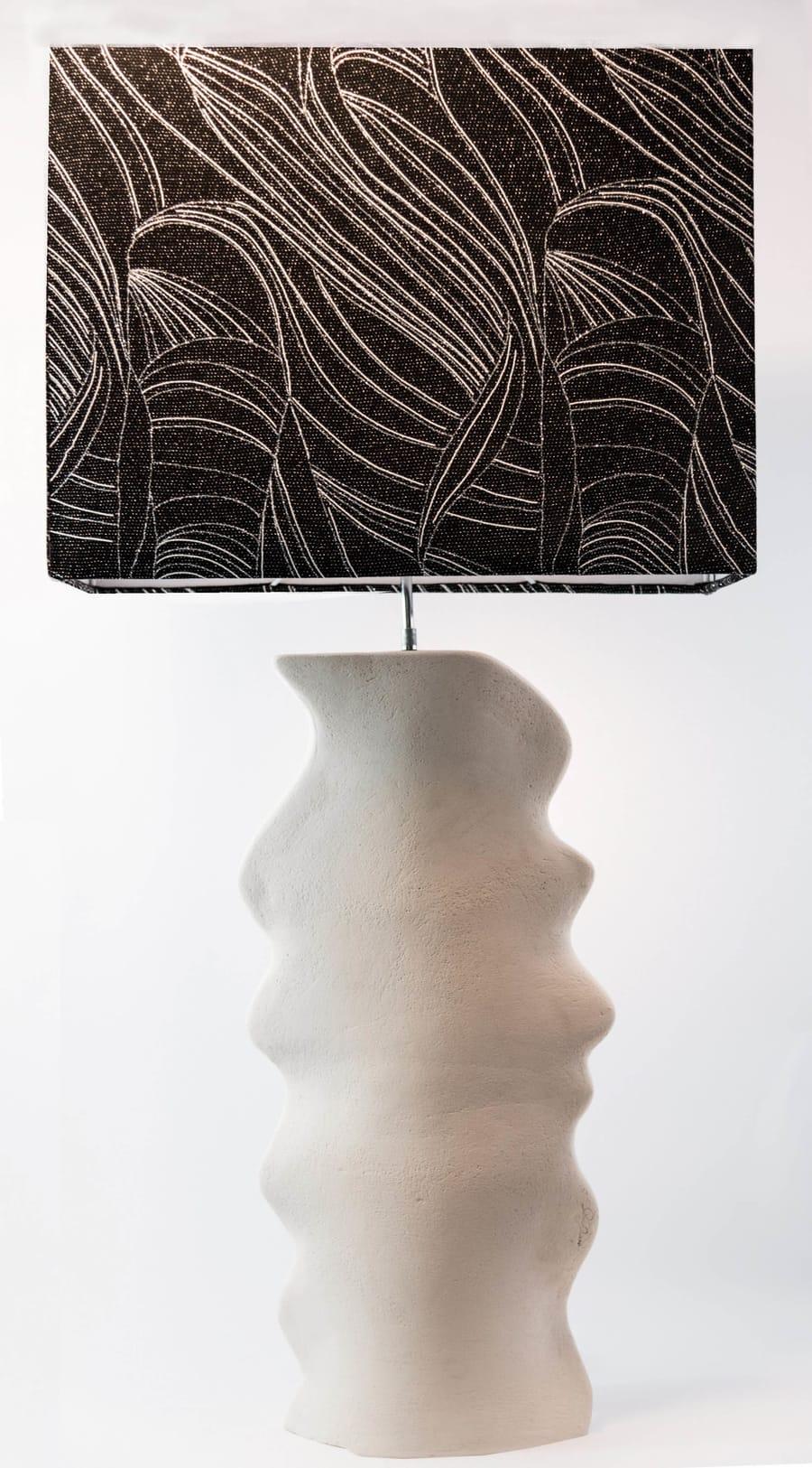 Lampada con base in ceramica bianca asimmetrica