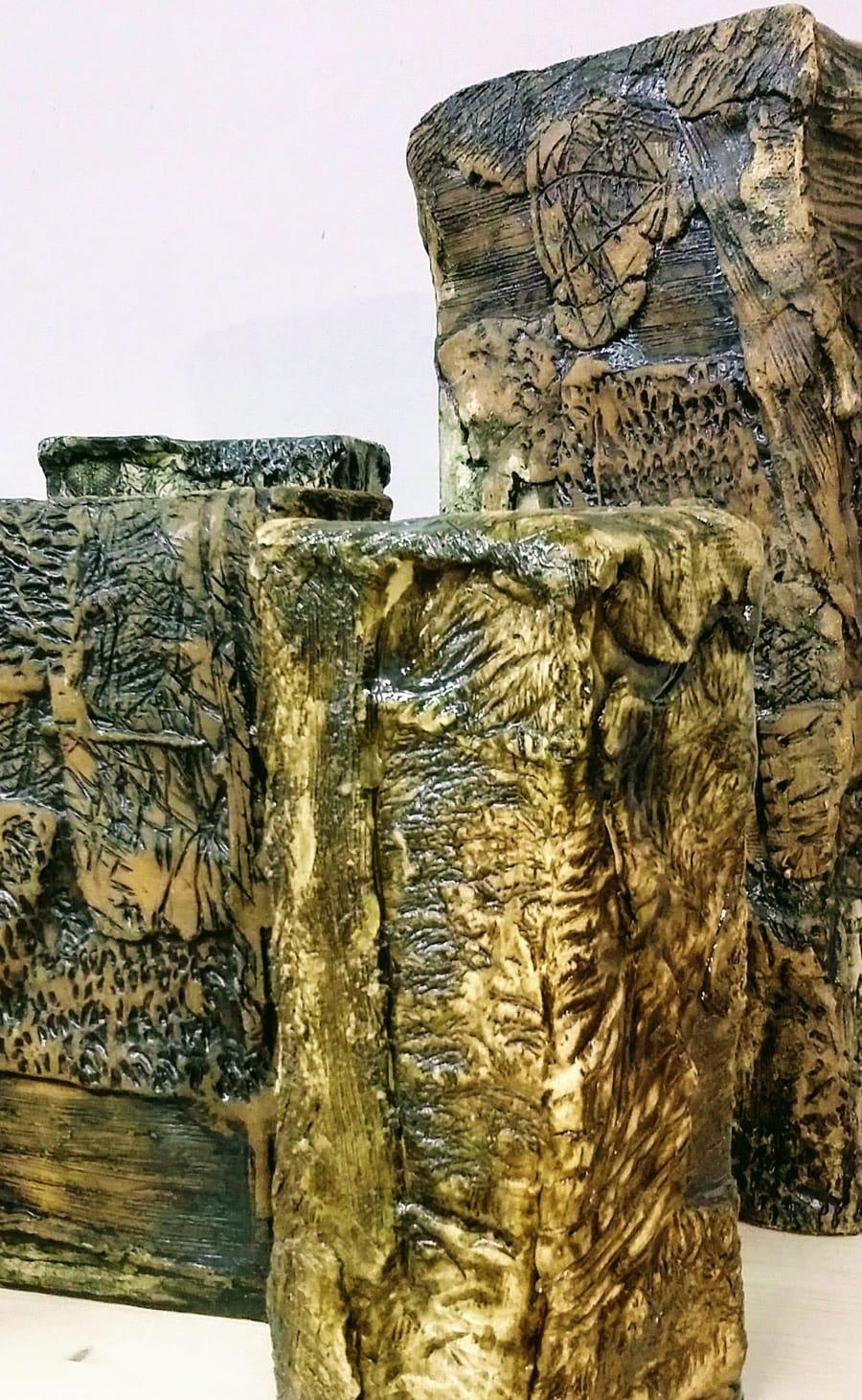 Restauro di oggetti in ceramica dalle forme geometriche di varie dimensioni