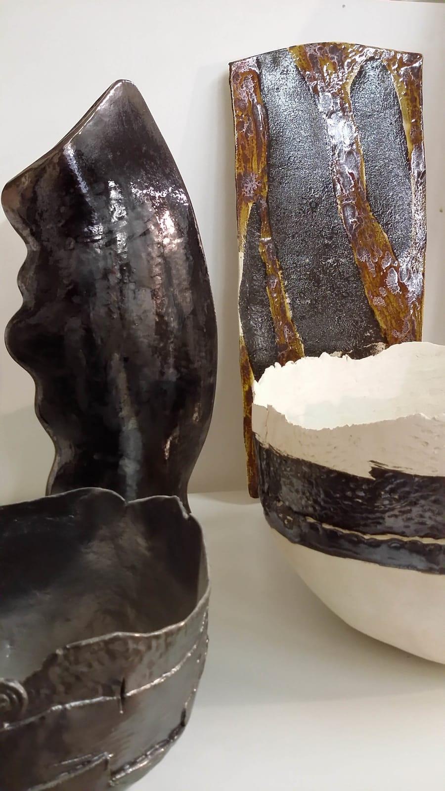 Esposizione di complementi d'arredo in ceramica
