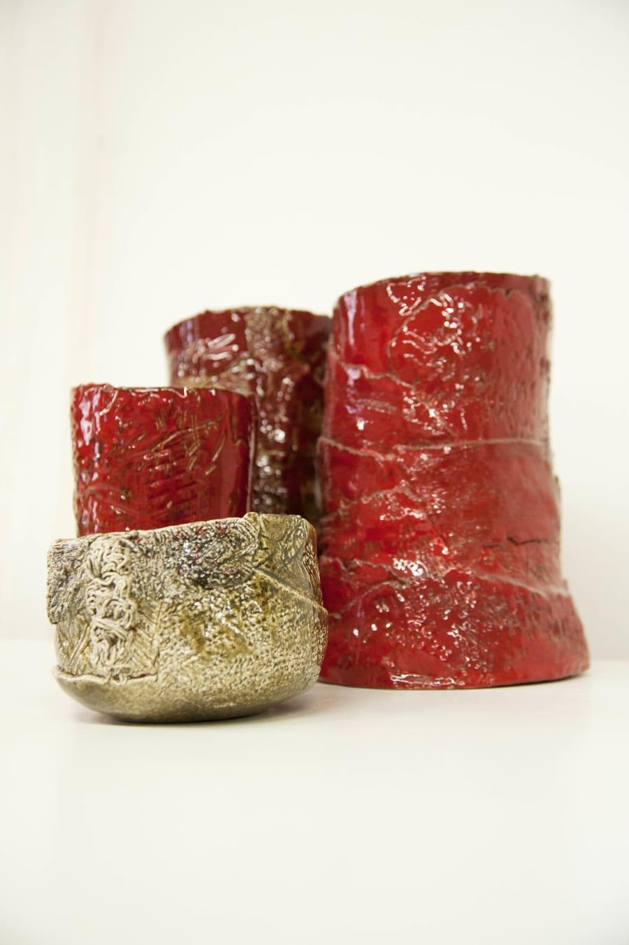 Piccola ciotola in ceramica e tre vasi dalle diverse dimensioni