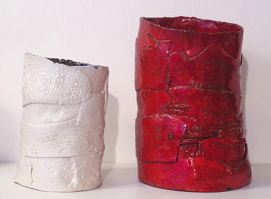 Restauro di due vasi in ceramica asimmetrici dal colore bianco e rosso