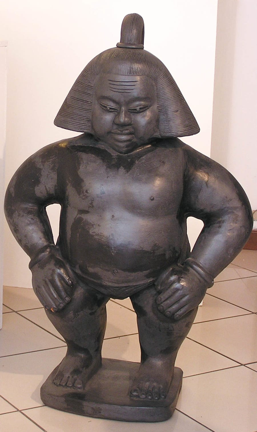 Restauro statua asiatica in ceramica dal colore scuro