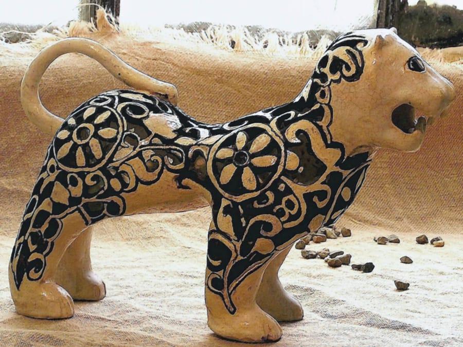 Restauro animale in ceramica dal colore bianco e nero