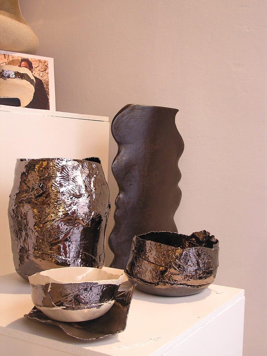 Esposizione di oggetti in ceramica nello showroom di Cascina Orologio