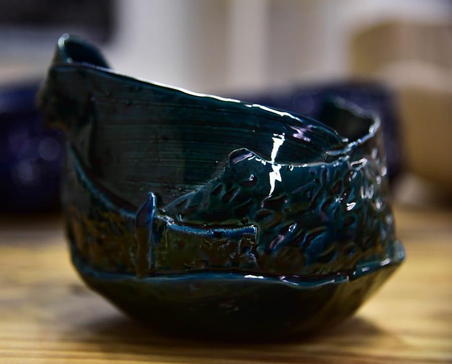 Esposizione piccola ciotola in ceramica dal colore blu handmade da Vinny Maio