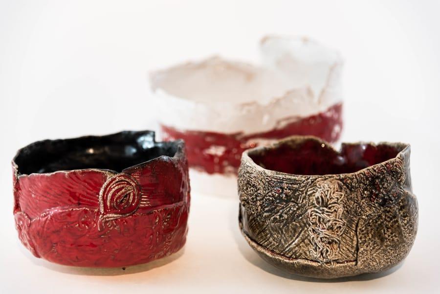 Coppia di piccole ciotole in ceramica dal colore rosso e oro realizzate a mano