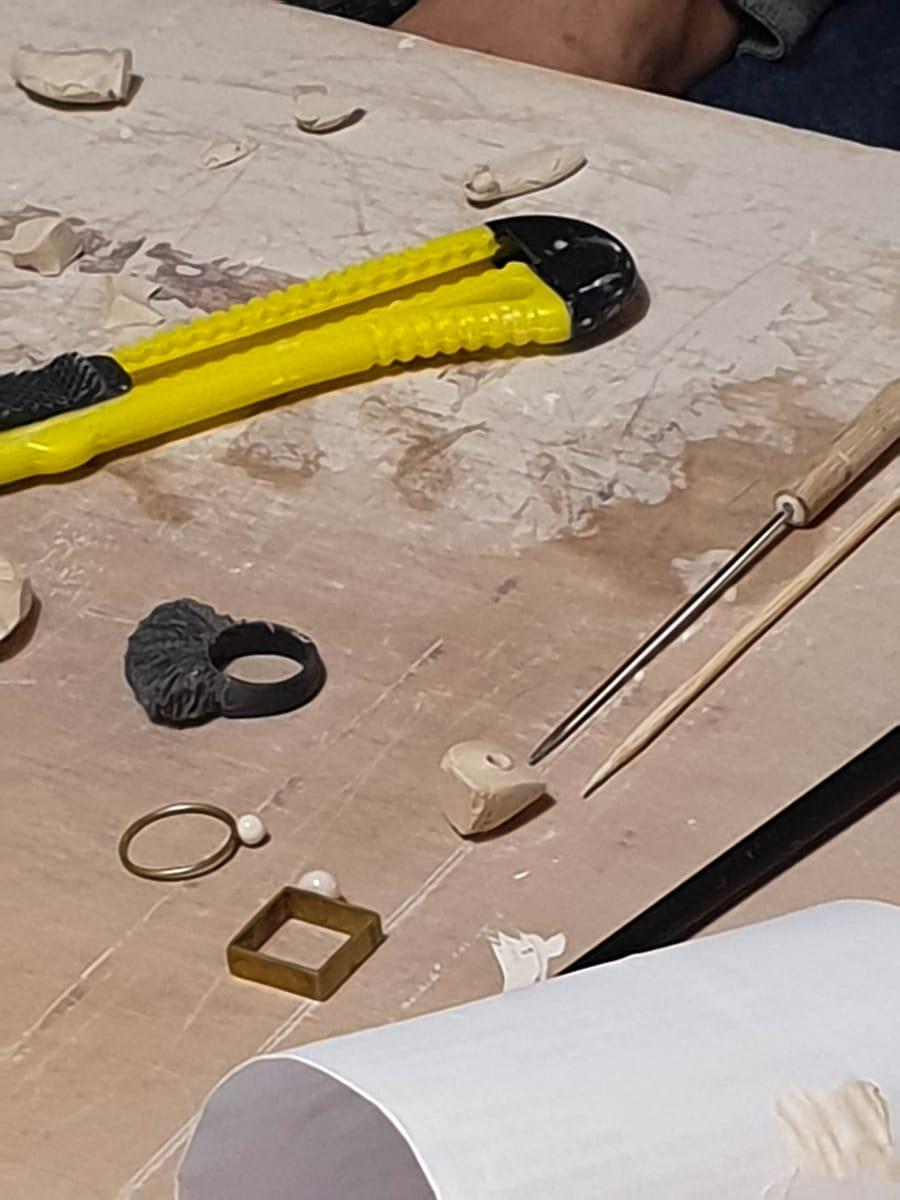 Creazione di anelli in ceramica di varie forme