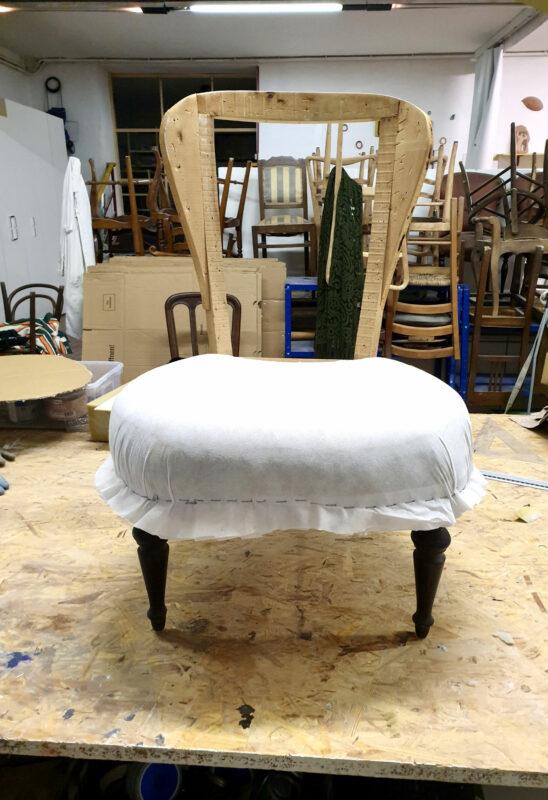 Lavorazione sedia in legno con nuova imbottitura