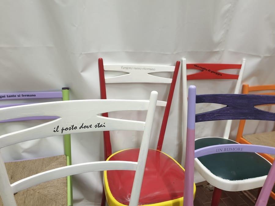 Restauro sedie colorate con scritte