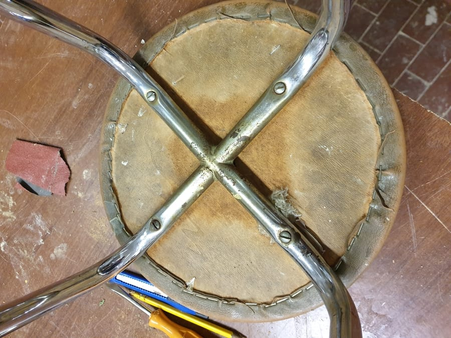 Restauro sgabello in metallo con copertura