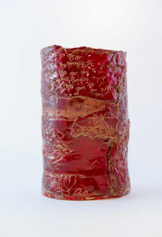 Vaso in ceramica rossa con dettagli in oro
